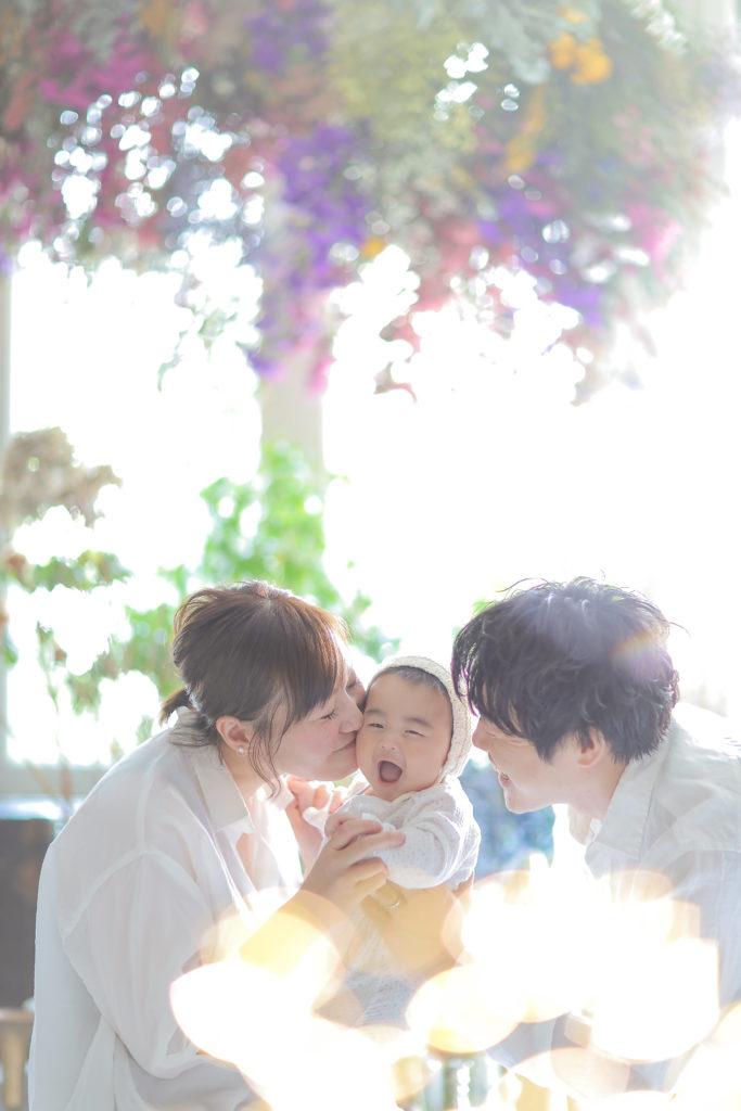 ママとパパと赤ちゃんの家族写真