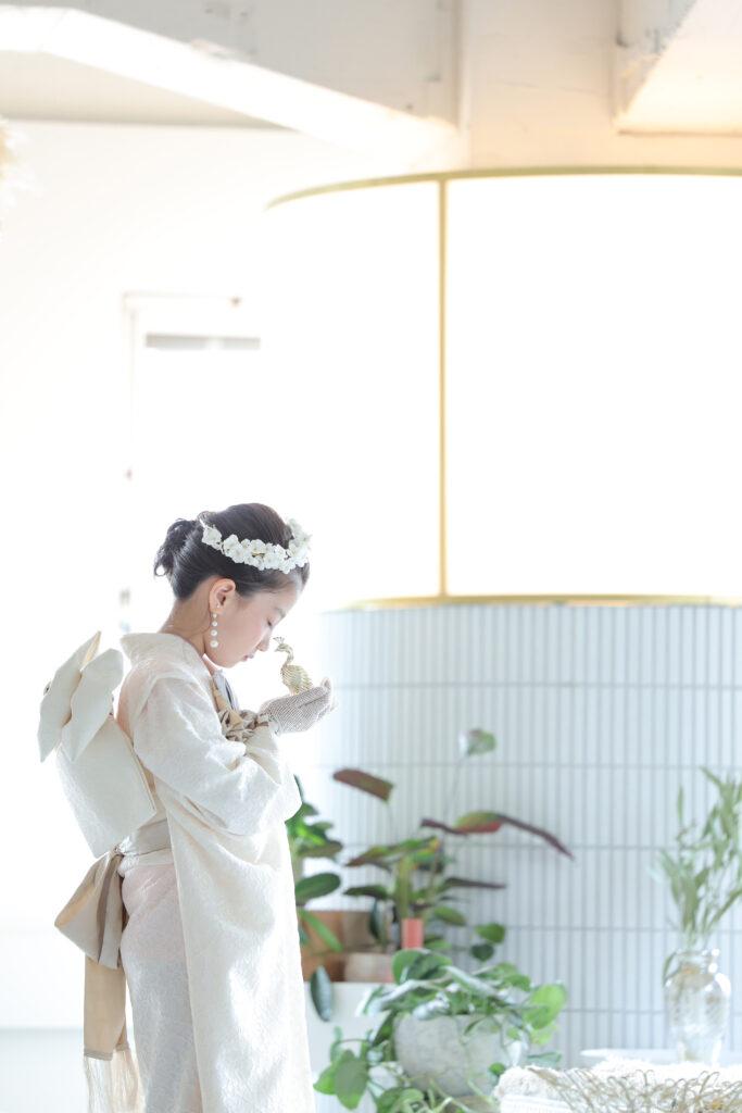 白い七五三着物を着た女の子